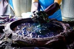 El proceso de color de trabajo de Mauhom del tinte del batik de la gente se prepara y teñido Imagen de archivo