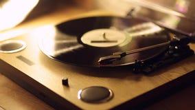 El proceso de comenzar el disco de vinilo de principio a fin El concepto de m?sica Jugador del vintage almacen de metraje de vídeo