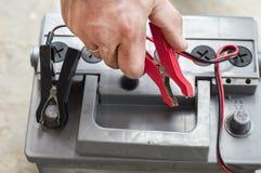 El proceso de conectar el cargador con el batería del vehículo Imágenes de archivo libres de regalías
