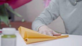 El proceso de crear artes del papel amarillo Trabajo cuidadoso almacen de video