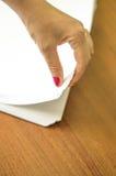 El proceso de dar vuelta el papel blanco de la oficina Imagen de archivo libre de regalías