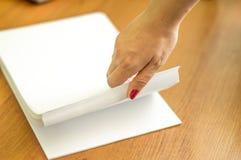 El proceso de dar vuelta el papel blanco de la oficina Fotos de archivo libres de regalías