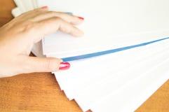 El proceso de dar vuelta el papel blanco de la oficina Imágenes de archivo libres de regalías