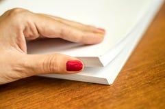 El proceso de dar vuelta el papel blanco de la oficina Foto de archivo