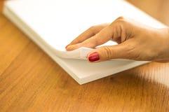 El proceso de dar vuelta el papel blanco de la oficina Fotografía de archivo