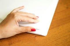 El proceso de dar vuelta el papel blanco de la oficina Imagenes de archivo