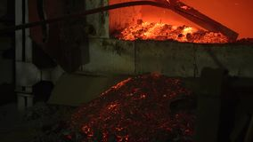 El proceso de derretir el metal en la planta en el horno Los trabajadores quitan la escoria, para obtener una aleación pura almacen de video