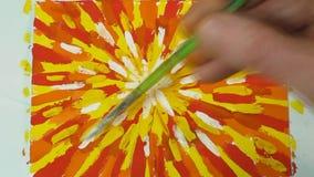 El proceso de dibujar una imagen abstracta Movimientos grandes del aguazo vídeo