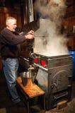 El proceso de evaporación en la fabricación del jarabe de arce Fotografía de archivo libre de regalías