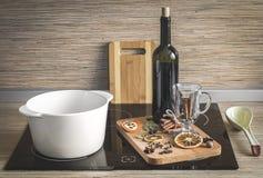 El proceso de hacer el vino reflexionado sobre Foto de archivo