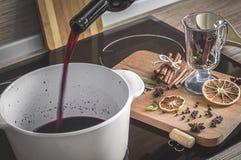 El proceso de hacer el vino reflexionado sobre Fotografía de archivo
