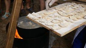 El proceso de hacer las bolas de masa hervida hechas en casa Bolas de masa hervida hechas en casa crudas en un tablero de madera