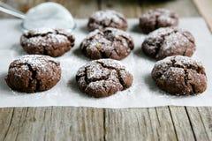El proceso de hacer las galletas de microprocesador de chocolate Foto de archivo
