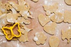 El proceso de hacer las galletas del jengibre en la forma de un conejo, de una flor, de los huevos y de las mariposas, pan de jen fotos de archivo