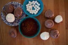 El proceso de hacer las magdalenas del chocolate con las melcochas fotos de archivo