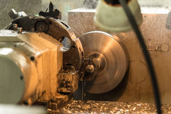 El proceso de la fabricación parte en un torno Foto de archivo libre de regalías