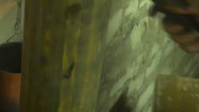 El proceso de la fabricación un producto de metal decorativo Las chispas de metal vuelan aparte del detalle Soldadura del metal e metrajes