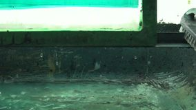 El proceso de la impresi?n de pantalla de seda Producir el marco de pantalla de seda con el jet de alta presi?n del agua almacen de metraje de vídeo