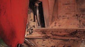 El proceso de la máquina para la fabricación de tableros de madera en la serrería Cierre para arriba almacen de video