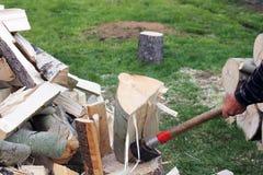 El proceso de la madera del corte con una cuchilla foto de archivo libre de regalías