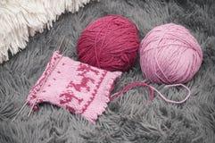 El proceso de la manopla de lana que hace punto en cinco agujas en círculo Fotografía de archivo libre de regalías