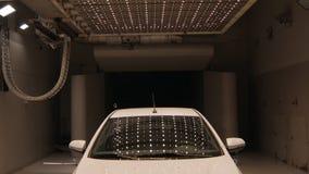 El proceso de la simulación de la calefacción solar del coche en la fábrica de automóvil, cámara se mueve desde abajo metrajes