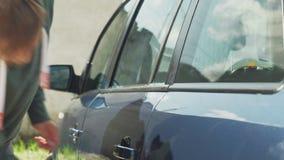 El proceso de lavar el coche en un túnel de lavado del autoservicio almacen de video