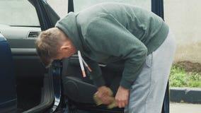 El proceso de lavar el coche en un t?nel de lavado del autoservicio metrajes