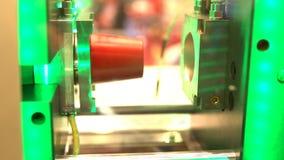El proceso de los envases de plástico de la fabricación en moldes y el manipulante de equipo-mudanza de la protuberancia toma aca almacen de video