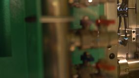 El proceso de los envases de plástico de la fabricación en moldes y el manipulante de equipo-mudanza de la protuberancia toma aca almacen de metraje de vídeo