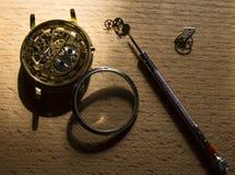 El proceso de los relojes mecánicos de la reparación Fotos de archivo