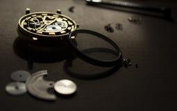El proceso de los relojes mecánicos de la reparación Fotografía de archivo libre de regalías