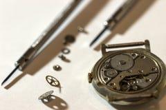El proceso de los relojes mecánicos de la reparación Imagenes de archivo