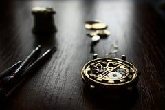 El proceso de los relojes mecánicos de la reparación Foto de archivo libre de regalías