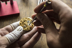 El proceso de los relojes mecánicos de la reparación Imágenes de archivo libres de regalías