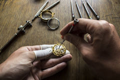 El proceso de los relojes mecánicos de la reparación Imagen de archivo libre de regalías