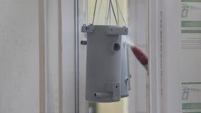 El proceso de pintar partes del espray Pintura industrial en la empresa almacen de metraje de vídeo
