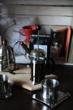 El proceso de preparar el café El café está preparado en una prensa de cristal del francés Accesorios en el fondo Imágenes de archivo libres de regalías