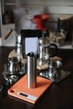 El proceso de preparar el café La amoladora de café en las escalas, franceses presiona y gotea el fabricante Paquete con la etiqu Imagen de archivo