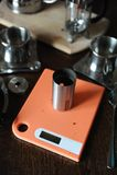 El proceso de preparar el café Café molido en amoladora en las escalas Fotos de archivo