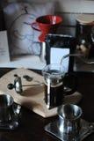 El proceso de preparar el café Vierta el agua del fabricante del goteo en la prensa francesa Paquete con la etiqueta blanca Imagenes de archivo