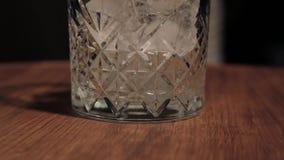 El proceso de preparar un cóctel alcohólico en la barra almacen de video