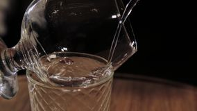 El proceso de preparar un cóctel alcohólico en la barra metrajes