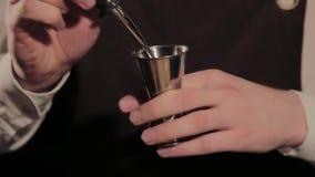El proceso de preparar un cóctel alcohólico en la barra almacen de metraje de vídeo