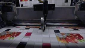 El proceso de producir el papel pintado, cortando la cinta del papel pintado en dos porciones Transportador en la planta para la  almacen de metraje de vídeo