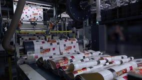 El proceso de producir el papel pintado, impresión en el papel pintado, transportador en la fábrica para la producción de papel p metrajes