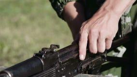 El proceso de recoger un rifle de asalto del Kalashnikov AK-47 metrajes