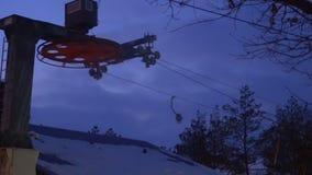 El proceso de trabajar una elevación de silla en una estación de esquí en tiempo frío almacen de metraje de vídeo