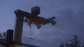 El proceso de trabajar una elevación de silla en una estación de esquí en tiempo frío almacen de video