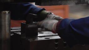El proceso de una máquina grande clava una empresa industrial Servicio de dos operadores la máquina metrajes